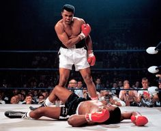 Muhammad Ali and Sonny Liston the Famous Photo By Neil Leifer of Sports Illustrated. This is one of the most Iconic photos of all time; a young Muhammad Ali shouting at Sonny Liston after knocking him down in the first round. Mohamed Ali, Sports Illustrated, Fc Bayer, Neil Leifer, Combat Boxe, Laila Ali, Float Like A Butterfly, Usain Bolt, Sport Icon