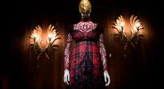 Exposição relembra as criações do estilista, morto em 2010 (Foto: Camila Guerreiro)