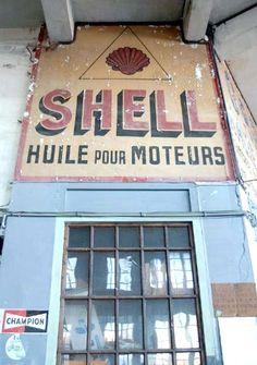 Album - Les-derniers-garages-et-publicités-d-autrefois Garage Pub, Old Garage, Vintage Signs, Vintage Posters, Art Graf, Station Essence, French Signs, French Walls, Old Pub