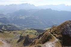 Foto: Guten Morgen liebe Wanderfreundinnen und -freunde, wir wünschen euch einen guten Start in die Woche, die hoffentlich noch etwas trockener wird. (Bild: Auf den letzten Metern zum Gipfel der Tour d'AÏ)  #schweiz #wandern