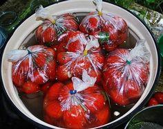 Помидоры в пакетах.  Помидоры в пакетах — это один из самых простых и быстрых способов соления помидор в домашних условиях. Вкусная, остренькая закуска к вашему столу без лишних заморочек!  Время приготовления: 10 мин. + маринование Порций: по желанию  Вам потребуется:  1 кг. помидор 1 ст. л. соли 1 ч. л. сахара Укроп, 1-2 головик чеснока.  Как готовить:   1. Необходимо выбрать томаты примерно одно размера, чтобы помидорчики просолились одновременно. Помидоры помыть, срезать у низ носики…