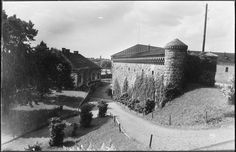 Viipurin vanhoja valleja – Kuva: Museovirasto.  Suomalainen Viipuri oli 1930-luvulla vilkas kauppapaikka ja historian täyteinen matkailukohde. Aikakauden radio-ohjelmat kertovat rinkelikaupungin kaupankäynnistä ja kulttuurista sekä esittelevät Viipurin linnaa ja kaunista Monrepos-puistoa kartanoineen. Louvre, Building, Travel, Outdoor, Ol, Board, Museum, Historia, Finland