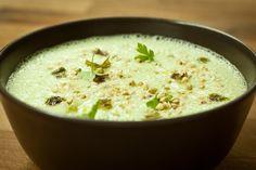 Supă cremă de avocado și cocos   Am făcut supa asta azi pentru că aveam nevoie de ceva rapid sățios și cald. Pentru că a ieșit nesperat de bună v-o povestesc cu drag și vouă.  Mai ales pe perioadă iernii am mereu în casa cocos și avocado ceea ce recomand tuturor pentru că se pot încropi cu ușurință rețete delicioase și hrănitoare ad hoc.  Ingrediente: - 1 avocado copt foarte bine (să între degetul în el ca într-o caisă coaptă); - 1 lingură de lapte de cocos 1 lingură de unt de cocos sau… Raw Food Recipes, Soup Recipes, Cooking Recipes, Raw Vegan, Vegan Vegetarian, Veg Soup, Raw Food Diet, Winter Soups, Food Combining