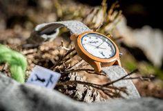 Ein besonderes Highlight mit einem eleganten Perlmutt-Ziffernblatt ist die Alpin Damenuhr aus heimischem Elsbeeren-Holz. Sie wirkt durch ihre weiche, harmonische Farbgebung zeitlos schön und anmutig. Die handgefertigten Wechselarmbänder  aus grauem, braunem, grünem oder pinkem Ennstaler Loden sind etwas ganz Besonderes. Wood Watch, Fashion, Handmade, Nice Asses, Wooden Clock, Moda, Fashion Styles, Fashion Illustrations