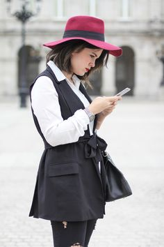look with black vest, white blouse and red hat from La Redoute and Piper bag from Furla. Streetstyle like parisien from myblueberrynightsblog