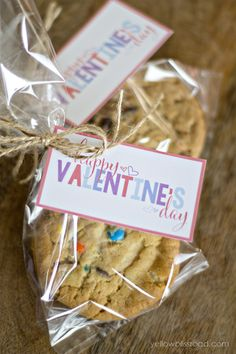 Who wouldn't love to receive these goodie bags on Valentine's Day? Thanks to our friends at Yellow Bliss Road for creating this sweet gift idea. #givebakery #bakerybecause