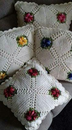 Maricuchaba's media content and analytics Crochet Bedspread, Crochet Pillow, Crochet Cushions, Diy Crafts Crochet, Crochet Home, Crochet Projects, Crochet Squares, Crochet Motif, Crochet Doilies