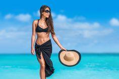 Ein absolutes Must-Have in jedem Urlaub ist der Pareo. Dieses schicke, wandelbare Teil kommt nie aus der Mode und überzeugt immer wieder mit seiner Vielseitigkeit. Zahlreiche Knüpftechniken machen den Pareo zu weit mehr als nur einem Strandtuch. Im Urlaub darf man sich damit gerne schon mal abends an der Strandbar zeigen. Rasch lässt sich der Pareo vom Rock, zum Top, zum Kleid in verschiedenen Längen umfunktionieren und ist daher der ideale Begleiter am Strand, am Pool, aber auch auf…
