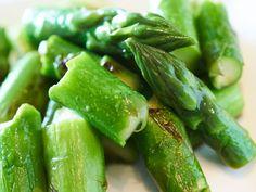 旬のアスパラガスの美味しさを余すところなく味わえる調理法をシェフに教えてもらいます。3月から6月頃にかけて旬を迎えるアスパラガス。実は旬の出始めの時期は「包丁で切ったり、ゆでるのはNG」なのだとか。
