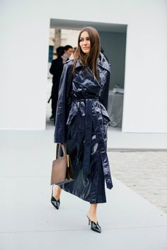 As the fashion pack arrives in the french capital for Paris Fashion Week, see the best street style looks and trends from the streets outside the shows. Street Style 2017, Street Style Trends, Autumn Street Style, Street Style Looks, Fashion Week Paris, Italian Fashion, Korean Fashion, Julia Sarr Jamois, Working Girl