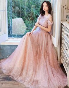 Rochie lunga Imperiale roz cu perle Cheap Prom Dresses Online, Valentines Day Dresses, Illusion Dress, Formal Evening Dresses, Elegant Wedding, Bridal Dresses, Wedding Styles, Ball Gowns, Scoop Neck