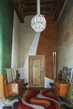 <p>Far away from the luxury Prada and Miu Miu stores he designed all around the world, architect Roberto Baciocchi lives in an ancient house acquired in 80's, located in Arezzo, Italy. Most walls and