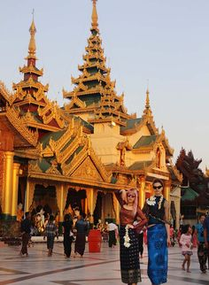 Shwedagon pagoda yangon myanmar, burma travel blog, best travel bloggers, top travel blogs list, rangoon temple, burmese architecture.  More from Shwedagon Pagoda in Yangon, Myanmar on La Carmina blog, winner of best blogger of the year award!  http://www.lacarmina.com/blog/2017/02/shwedagon-pagoda-yangon-golden-temple-myanmar/