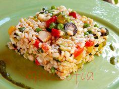 Insalata ai 5 cereali, ricco piatto unico composto da verdure, carne, formaggio e pesto. Perfetto per un buffet!