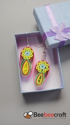 DIY Earrings with Quilling Paper ❤️ – Soy Candles İdeas Quilling Keychains, Paper Quilling Earrings, Quilled Paper Art, Paper Quilling Designs, Quilling Paper Craft, Quilling Patterns, Quiling Earings, Quilling Videos, Paper Quilling For Beginners