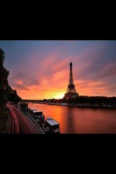 Parijs, zonsopgang http://www.stedentripdirect.nl/lastminutes/frankrijk/parijs/parijs.html?utm_source=pinterestutm_medium=textlinkutm_campaign=socialmedia