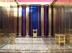 Jehová Dios dispuso que se colocaran tres muebles en el Lugar Santo: a la derecha, la mesa de los panes sin levadura; a la izquierda, el candelero, con sus siete lámparas; y al fondo, frente a la entrada para el Lugar Santísimo, el altar de incienso.