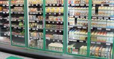 """Nurmijärven K-Supermarketissa testataan uutta myyntitapaa, jossa kasvisvaihtoehdot kootaan yhteen hyllyyn niiden löytymisen helpottamiseksi.  """"En usko että kasvistrendi on karppauksen tyylinen, yhtäkkiä kasvava ja häviävä trendi. On todennäköisempää, että se on pitkäaikainen ja kasvaa pikkuhiljaa"""", Karlsson kuvailee."""