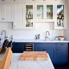 Inspiração de uma cozinha com armários inferiores em azul marinho + armários superiores em branco + subway titles brancos #decor #kitchen #cozinha