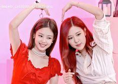 Jennie & Rosé (heart-u, too! South Korean Girls, Korean Girl Groups, Rose Park, Rose Video, Blackpink Photos, 1 Girl, Jennie Blackpink, Blackpink Jisoo, Girl Bands