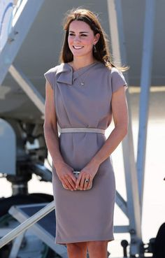 Kate Middleton, robe Roksanda Ilinčić (beige) 22 Avril 2014 - Ayers Rock Australie - GettyAYERS ROCK, AUSTRALIA - APRIL 22: (NO UK SALES FOR 28 DAYS) Catherine, Duchess of Cambridge arrives at Ayers Rock airport on April 22, 2014 in Ayers Rock, Australia. The Duke and Duchess of Cambridge are on a three-week tour of Australia and New Zealand, the first official trip overseas with their son, Prince George of Cambridge. (Photo by Pool/Samir Hussein/WireImage)