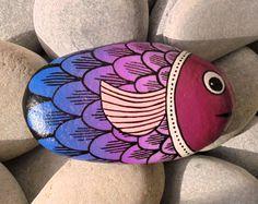 Pez piedra colorido pintado Está pintado con por RockArtAttack