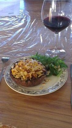 Portobello`s gevuld met gebraden gehakt en gegratineerd met pesto en kaas.