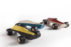 Handgemaakte houten speelgoedauto's voor jongens en meisjes, zowel jong als oud. En ook nog eens van Nederlandse makelij. Dat zijn de toffe bolides genaamd Spliners ontworpen door Maarten Olden. Een Spliner is 22 centimeter lang en gemaakt van essenhout. De assen zijn van sterk staal en de banden van thermoplastisch rubber. Je kan kiezen uit 5 verschillende aerodynamischemodellen (de 911, R4, F1, T6 en X8) en net zoveel kleuren. Wil je zo'n kek Dutch design autootje zelf hebben? Voor 92…