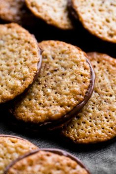 Made from only 6 ingredients, these easy lace cookies are ready in 30 minutes an. - Made from only 6 ingredients, these easy lace cookies are ready in 30 minutes and they taste like s - Lace Cookies Recipe, Yummy Cookies, Cream Cookies, Oatmeal Lace Cookies, Baking Cookies, Almond Cookies, Easy Gluten Free Cookies, Dutch Cookies, Appetizers