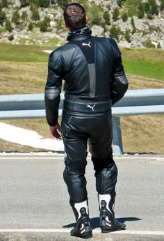 An exquisite selection of motorcyclists. Motorcycle Wear, Motorcycle Leather, Leather Jeans, Leather Jacket, Bike Leathers, Men Tumblr, Riders On The Storm, Biker Gear, Bikers