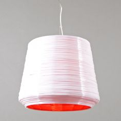 Hanglamp Como 38 wit met rood - Zeer decoratieve en sfeervolle hanglamp. Door twee verschillende kleuren dunne kunsthars draden in deze traditionele vorm te maken ontstaat een bijzonder effect. Als de lamp aan is wordt de kleur van de binnenkant doorgegeven aan de buitenkant.
