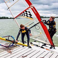Martine (37) is moeder van Damian (11). Het was mijn vader die twee jaar geleden over windsurfen begon. Damian veerde of. 'Gaaf opa dat wil ik.' Ik floepte eruit dat ik dan ook op surfles wilde. Binnen tien seconden surft hij mij met twee vingers in de neus voorbij.  Fotografie Mark Groeneveld | Tekst Mirthe Diemel  #kekmamamagazine #kekmama #portret #sport #windsurfing #hobby #mama #kids #verhaal # interview #kekmama8