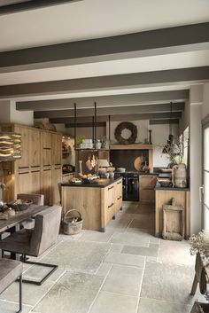 Küche und Esszimmer Tough oak family kitchen, # oak # family kitchen But it is important to r Interior Design Kitchen, Kitchen Decor, Farm Kitchen Ideas, Country Interior Design, Rustic Home Design, Diy Kitchen, Farmhouse Kitchen Island, Kitchen Islands, Small Space Kitchen
