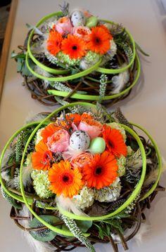 Nid de fleurs pâques - composition florale - œufs de pâques plumes germini rose
