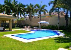 A enorme área externa oferece algumas opções de lazer ao ar livre na residência.