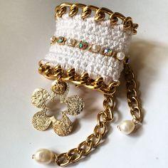 Pulsera tejida a crochet con dije calado con baño de oro