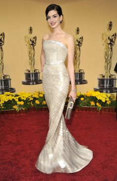 "Anne Hathaway in Armani Privé, 2009 - ""A custom gown is always more breathtaking than you could ever imagine—Anne's Armani Privé number is proof. Such a beautiful red-carpet moment. Best Oscar Dresses, Oscar Gowns, Anne Hathaway, Vestidos Fashion, Fashion Dresses, Gala Oscar, Traje Black Tie, Red Carpet Gowns, Irina Shayk"