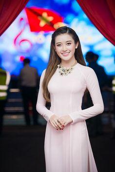 「ngoc han in ao dai」の画像検索結果 Ao Dai, V Dress, Chiffon, Vietnamese Dress, Beautiful Asian Girls, Traditional Dresses, Beautiful Actresses, Asian Woman, Asian Beauty