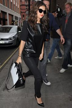 Preto | Black | All black | Black Leather | Selena Gomez | http://cademeuchapeu.com/