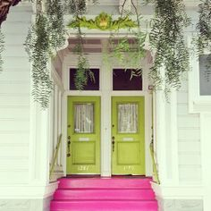 En rosa trapp i kombinasjon med syrlige gulgrønne dører er en spennende og uvanlig kombinasjon.   Lekent og entusiastisk!