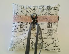 Ringkissen aus Baumwolle mit Spitze, Satinband und Metall Schlüssel. Die Trauringe werden an den Satinbändern gebunden.