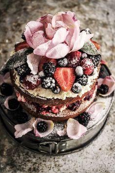 Bruidstaart met gedroogde rozenblaadjes   ThePerfectWedding.nl