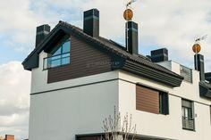 Decoración de fachadas con paneles de madera sintética exterior sin mantenimiento. Zona inferior del tejado y alrededor de ventanas.