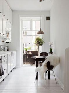 狭い空間を使うのが上手なパリジェンヌ。洋書や映画に出てくるパリのアパルトマンのお部屋は憧れですよね。パリのアパルトマン風のお部屋づくりの参考になるインテリアをご紹介します。