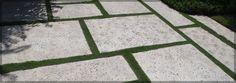 terrasse-reinigen-terrassenplatten-beton-fugen-rasen-dekorativ
