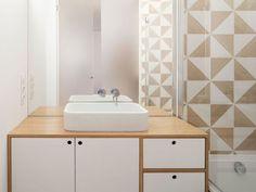 Un carrelage scandinave pour une petite salle de bains graphique