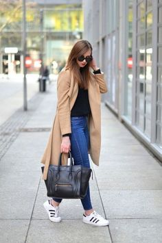 long maxi coat adidas street style- Maxi coats with Adidas outfit ideas www. Outfits Con Tenis Adidas, Adidas Superstar Outfit, Adidas Outfit, Adidas Shoes, Jeans And Sneakers Outfit, Sneaker Outfits, Looks Adidas Originals, Jeans Con Tennis, Mode Outfits