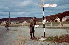 https://flic.kr/p/fA2X3B | 1940, Norvège, Un officier des Gebirgsjäger cherche sa route | Photos originales en couleurs - Original color photos