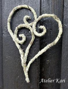 Atelier Kari lager kranser, hjerter og dekorasjoner av vakre naturmaterialer. Dekoratør på Finnskogen. Valentine Day Crafts, Valentine Decorations, Christmas Decorations, Twig Crafts, Owl Family, Felt Roses, Nature Decor, Summer Wreath, How To Make Wreaths