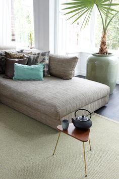 Dit gave tapijt heeft een ribbel structuur en is perfect om je interieur een stoere look te geven. De Paradelijn zorgt voor een luxe en warme woonkamer. #watisjouwstijl #dessotarkett #tapijt #vloerkleed #stoer #ribbeltapijt #tapijtmetprint #naturalliving #landelijk Studio, Natural Living, Ottoman, Couch, Chair, Furniture, Home Decor, Style, Drinks